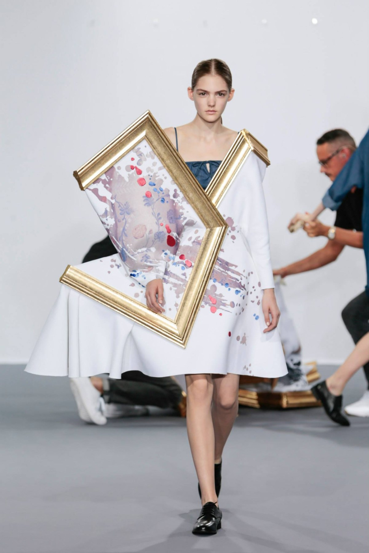 framed-painting-clothing-by-duthc-designer-viktor-and-rolf-04