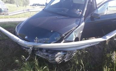 """Nuo pasieniečių sprukęs įtartino """"BMW"""" vairuotojas atsitrenkė į kelio atitvarą"""