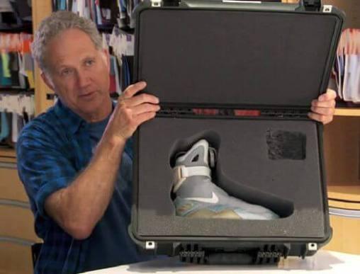 バックトゥザフューチャーの自動靴紐締め付けスニーカー