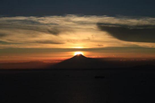 ダイアモンド富士(イメージ) - 出典 鋸山ロープーウェイ