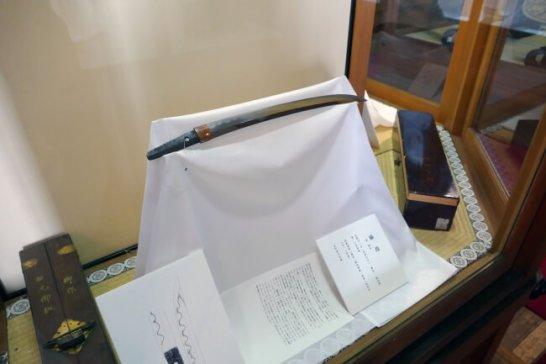 菅原道真公の守刀と伝わる脇差「猫丸」。立て掛けたこの刀に猫が当たり、真二つに断たれたという。