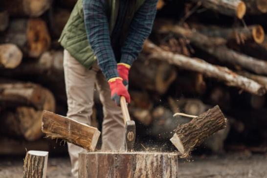 剣道の面打ちのように斧を振り下ろし薪を割る