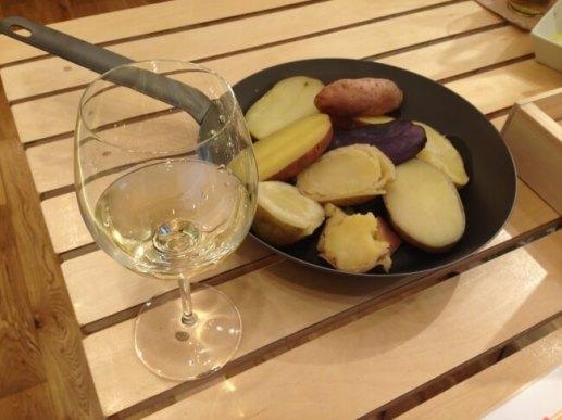 商品は全て、店内でワインやビールとともに食事が可能。ワインソムリエ厳選の北海道産ワインとじゃがバターを楽しむことができる。