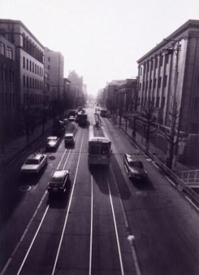 浜口タカシ《日本大通り》1972年 ゼラチン・シルバー・プリント 49.3×36.0㎝