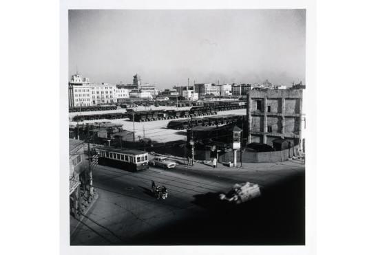 奥村泰宏《尾上町交差点》1949年 ゼラチン・シルバープリント 33.9×33.9cm
