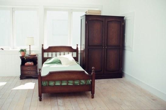 戸山の真骨頂コロニアルシリーズ ベッド、フリーキャビネット、ワードローブ 無垢オーク+ラッカー塗装+職人技