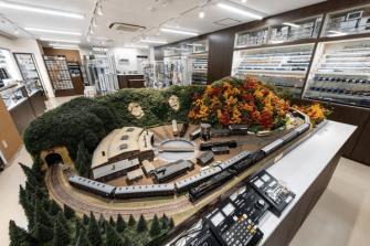 店内には ジオラマを走り抜ける鉄道模型が