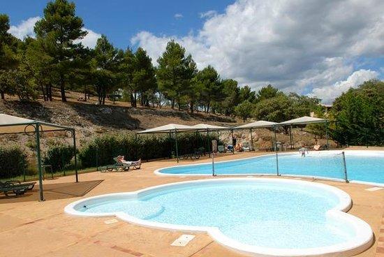 Man stabs mom & three daughters (wearing bikini's) at French holiday resort
