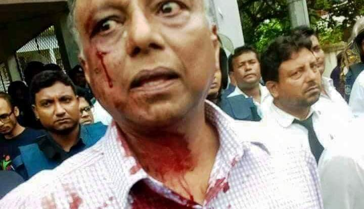 Bangladeshi Local Newspaper Editor Chopped with Machete's in front of Police