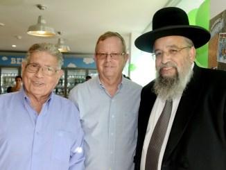 """אבי זינגר מנכ""""ל בן & ג'ריס, ראש עיריית יבנה צבי בן גור ורב העיר דוד אבוחצירה, משיקים את החנות"""