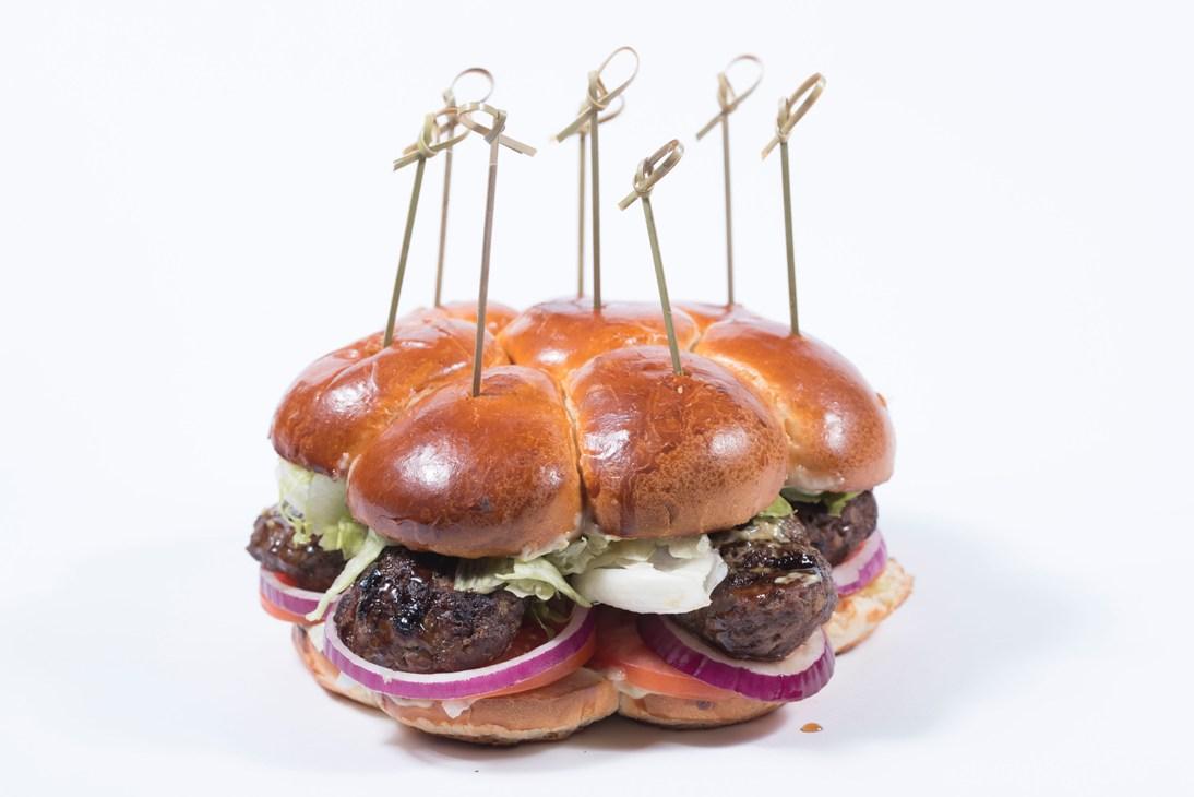ביג מאמא - 8 בייבי בורגר בלחמניית בריוש מתקתקה וענקית עם איולי שום קונפי, איסברג, עגבניה ובצל סגול
