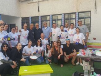 """צוות עוף טוב עם ראש העיר בית שאן רפאל בן שטרית. צילום: יח""""צ"""