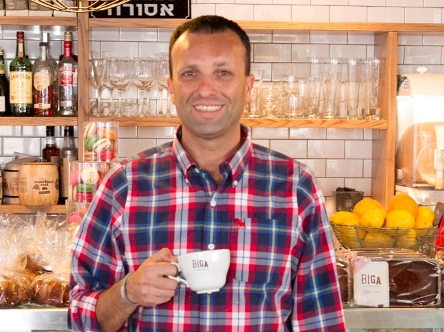 """יאיר מלכה, מנכ""""ל המפעל ומבעלי רשת קפה ביגה. צילום: הלד צלמים"""
