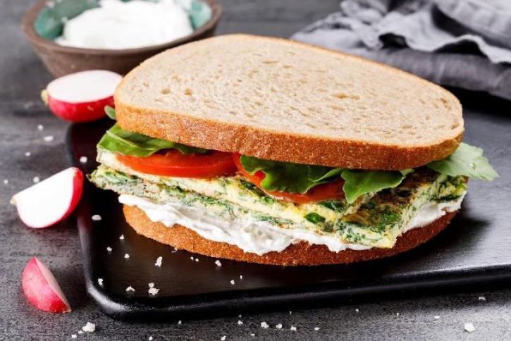 סנדוויץ' של מאפיית ברמן וענת הראל. צילום: אורן דאי, סטיילינג ענת לבל