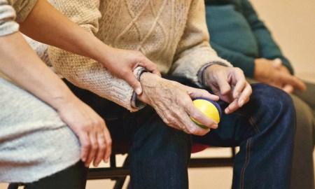 idoso; velho; bola;