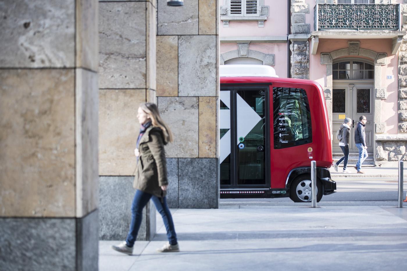 Ohne Chauffeur durch die Stadt: Ein EZ10-Shuttle in Zug. (Keystone/Urs Flüeler)