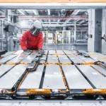 Vorsicht Hochspannung: Sicherheitskleidung schützt die Mitarbeiter bei Hochvolt-Arbeiten. (Stefan Warter)