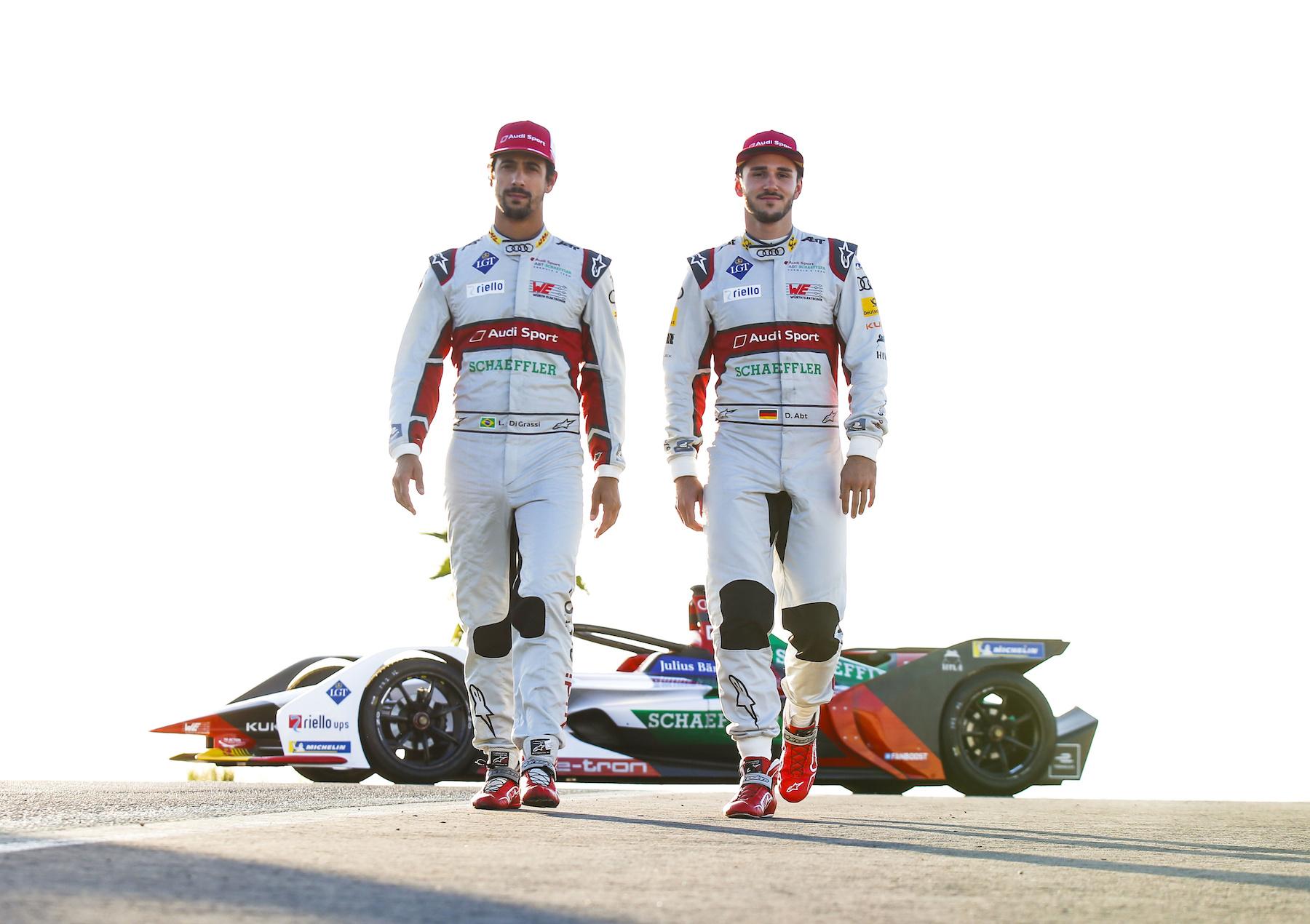 Lucas di Grassi (links) und Daniel Abt vor dem Audi e-tron FE05. (AUDI)