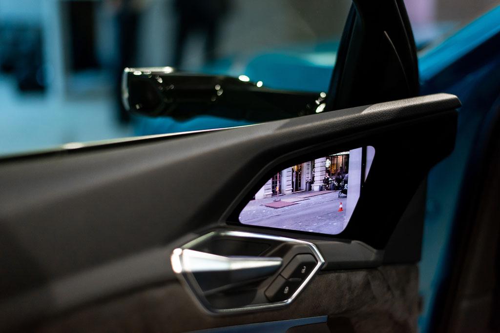 Die Kameras übertragen die Rückspiegel-Ansicht in die Seitentüren. (Tom Lüthi)