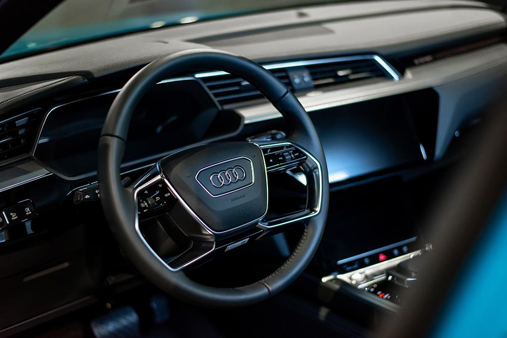 L'abitacolo dell'e-tron si presenta nell'abituale qualità Audi di alta classe. (Tom Lüthi)