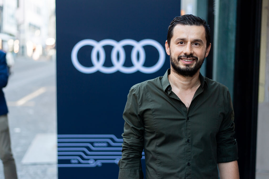 Jorge Petitpierre davanti al pop-up store di Zurigo. (Tom Lüthi)