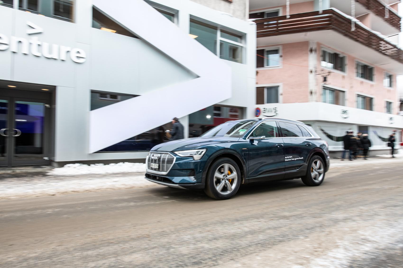 Le auto navetta Audi come mezzo d'incontro a Davos, senza gas di scarico e senza rombo di motori. (Foto: Adrian Bretscher.)