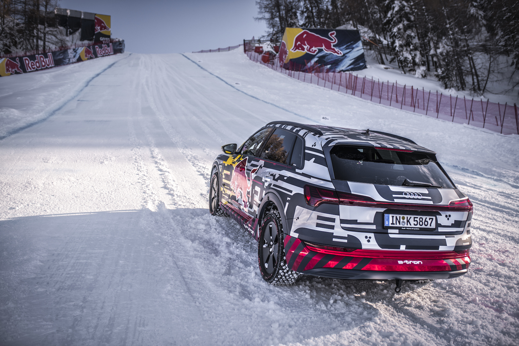 La «neve-tron» era dotata di gomme chiodate sviluppate per l'occasione. (Foto: Audi)