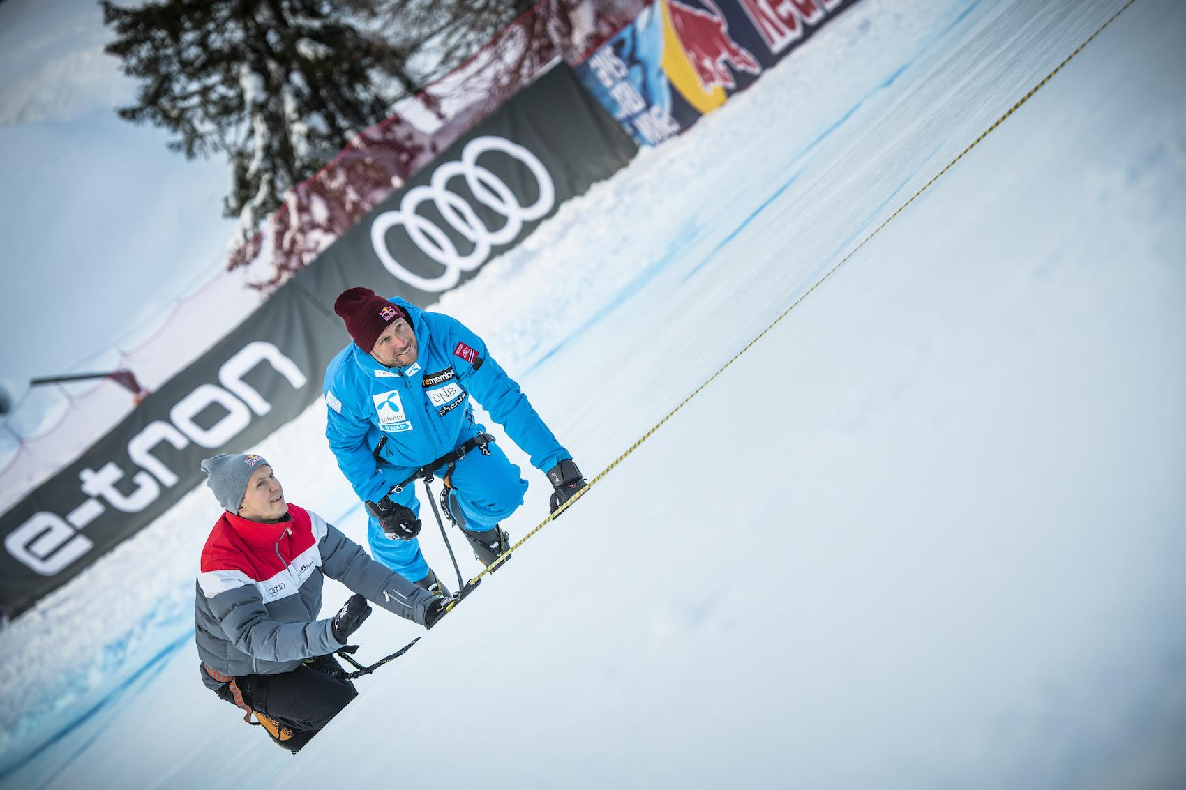 Il campione di DTM Mattias Ekström (40 anni, a sx) e la superstar dello sci Aksel Lund Svindal (36 anni) mentre ispezionano il tracciato. (Foto: AUDI)