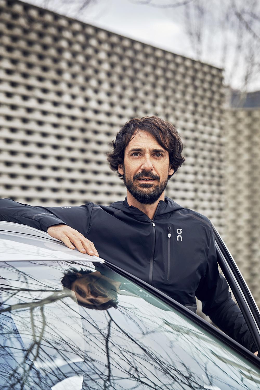 «Der passt zu On»: Caspar Coppetti am Audi e-tron. (Foto: Filip Zuan)