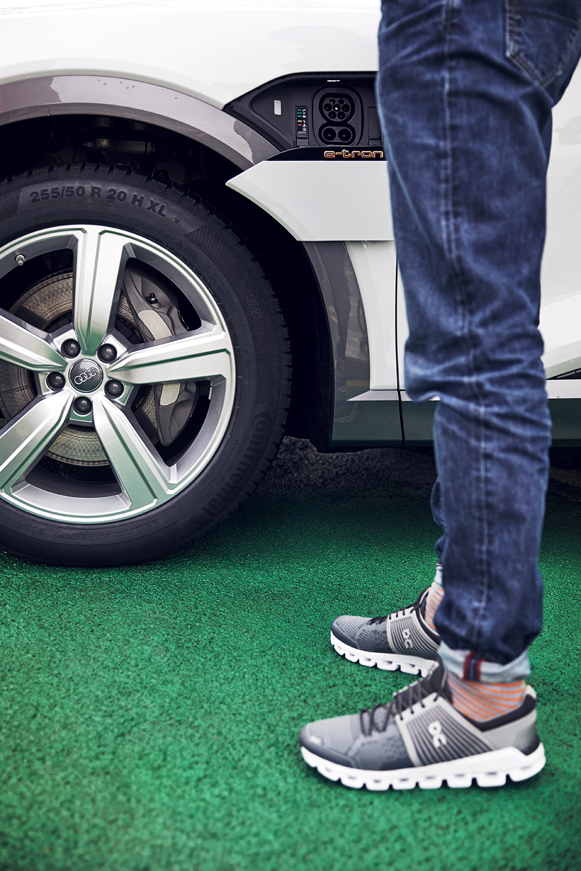 La voiture rêvée pour l'adepte du jogging: Coppetti devant l'Audi e-tron. (Photo: Filip Zuan)