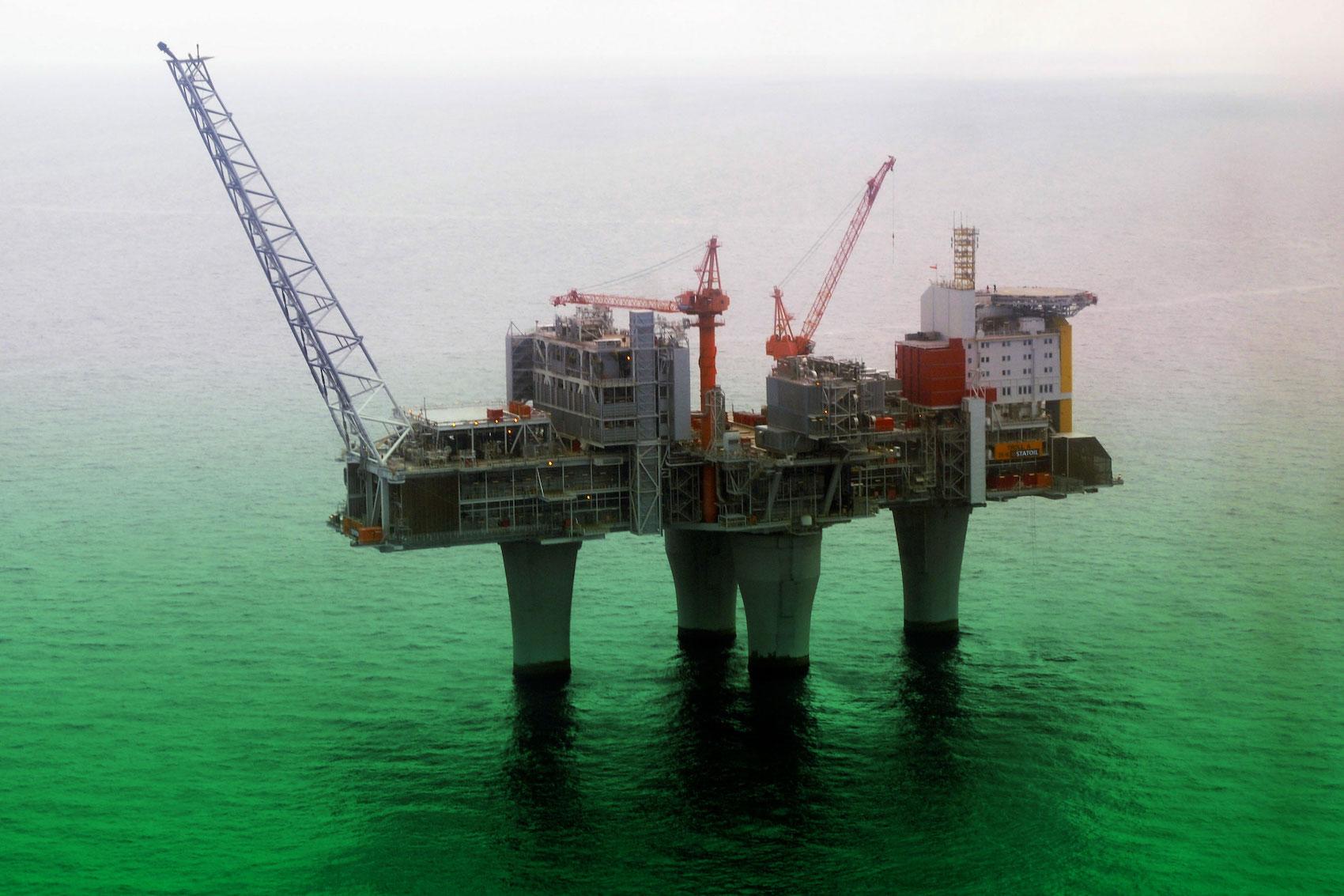 La Norvège: un pays producteur de pétrole (ici la plateforme Troll for Bergen) qui mise sur l'électromobilité. (AP/traitement Brand Studio)