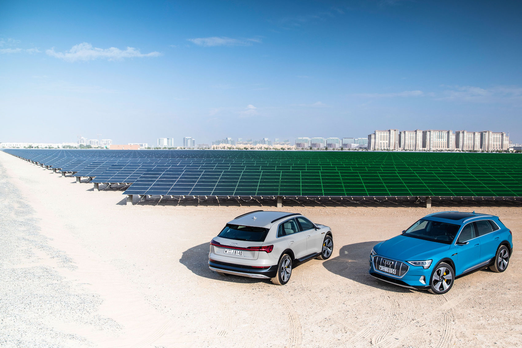 """""""Paradossalmente, sarebbe meglio guidare un'auto a benzina che scegliere una vettura elettrica alimentata da energia inquinante"""". Il maggiore impianto fotovoltaico del Vicino Oriente si trova a Masdar City, ad Abu Dhabi. (AUDI/Post-produzione: Brand Studio)"""