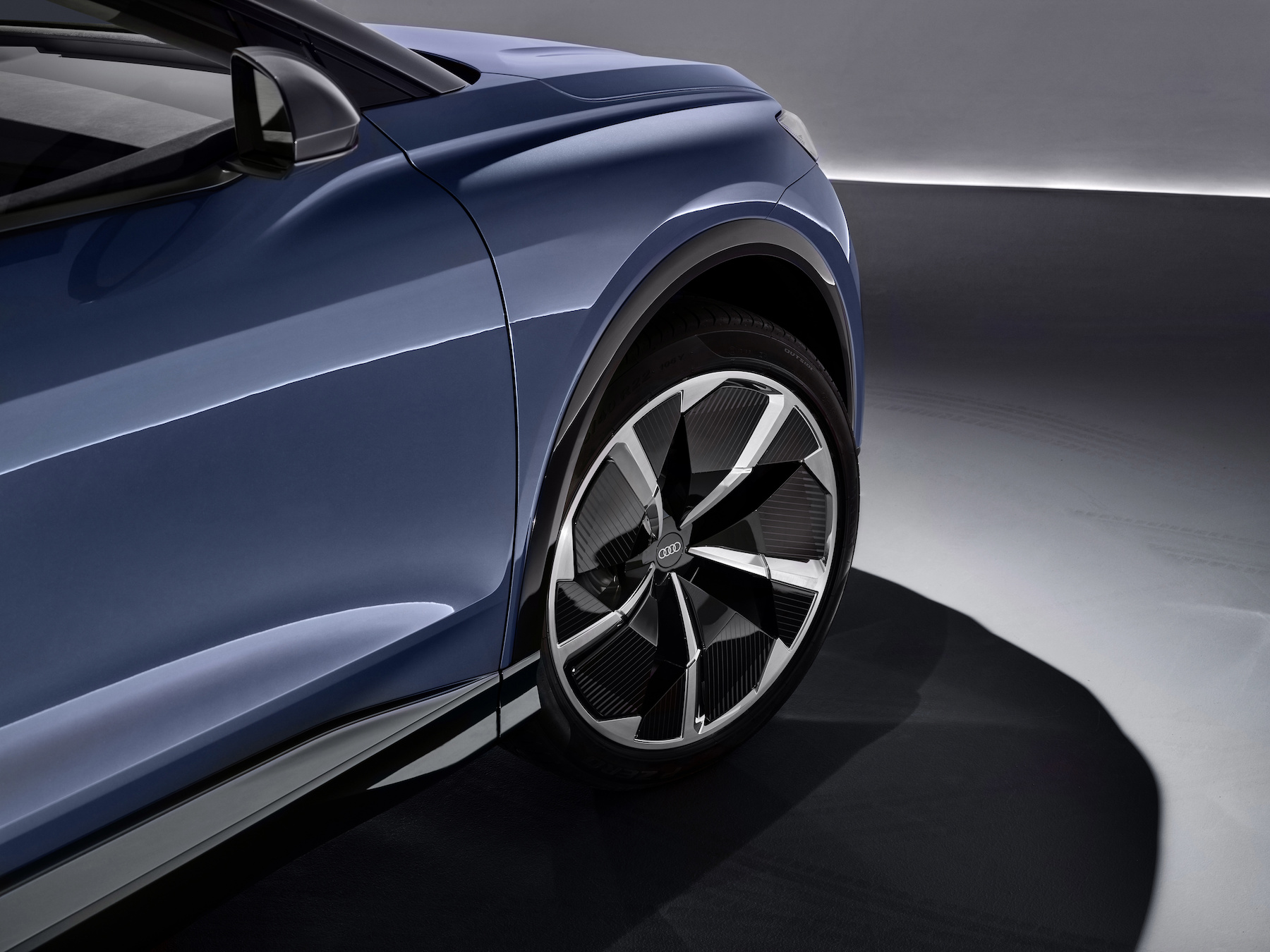 Il pacco batterie collocato sotto la cellula passeggeri fa sì che l'Audi Q4 e-tron concept presenti un baricentro basso, simile a quello di una berlina. (AUDI)