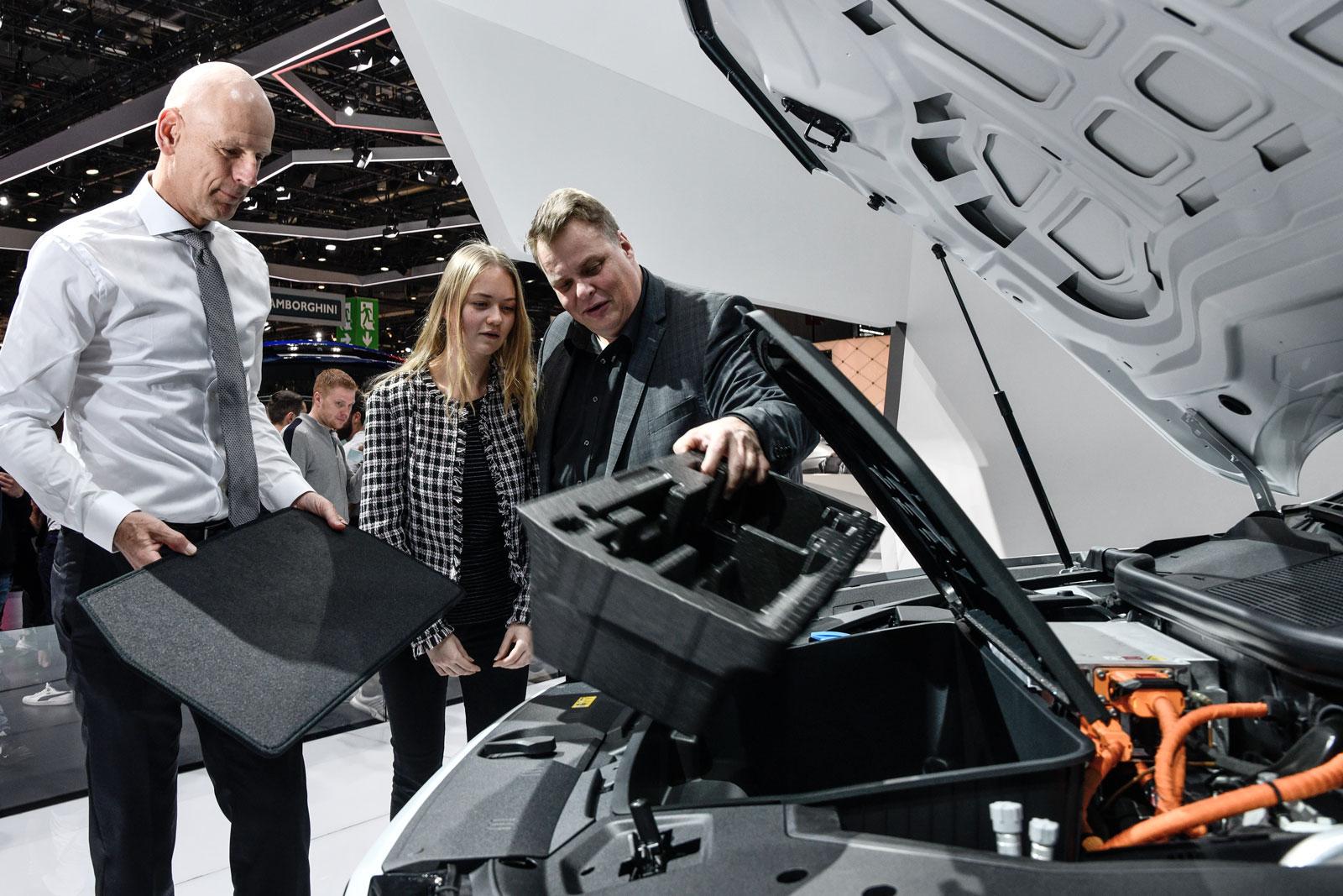 L'espace de rangement remplace le moteur sous le capot: Lars Thomsen regarde l'Audi e-tron avec sa fille.