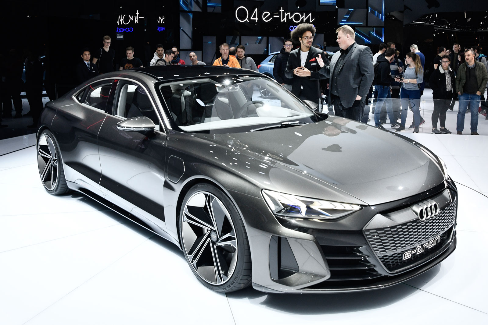 Lars Thomsen, attentif aux explications sur l'Audi e-tron GT Concept au Salon de l'Auto de Genève.