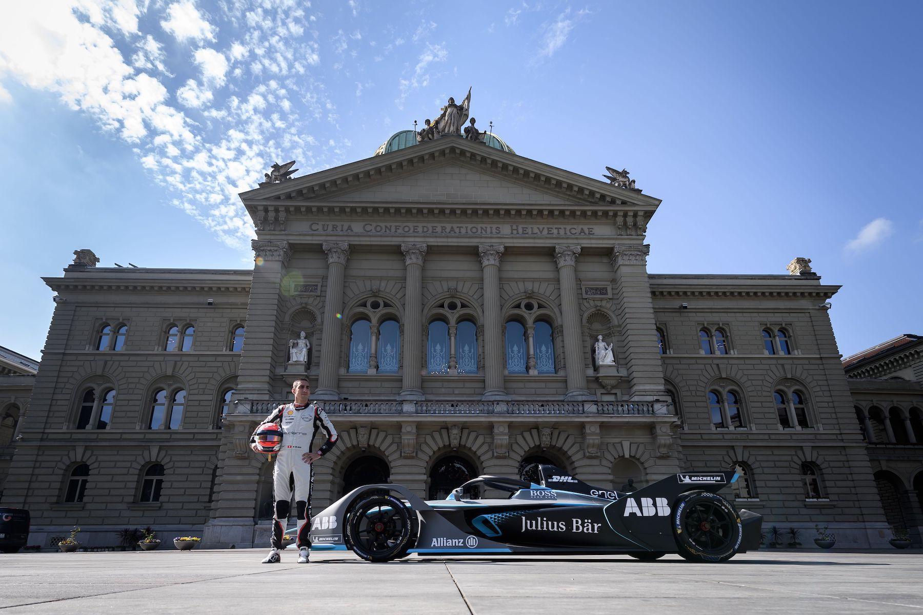 Der Schweizer Sébastien Buemi (hier vor dem Bundeshaus) fährt in Bern für das Nissan-Werksteam. (Keystone/Anthony Anex)