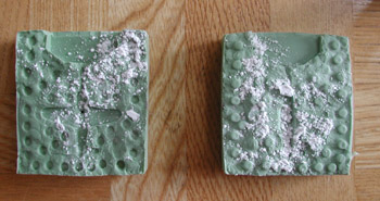 ゴム鋳型に石膏をまぶす