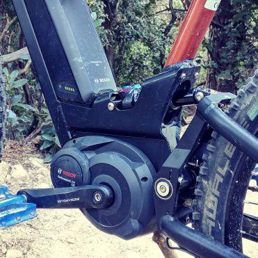 El amortiguador va protegido... pero no de la suciedad proyectada por la rueda trasera