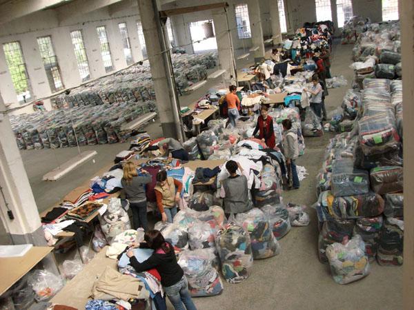 Ето от къде идват дрехите втора употреба, които българите масово купуват!