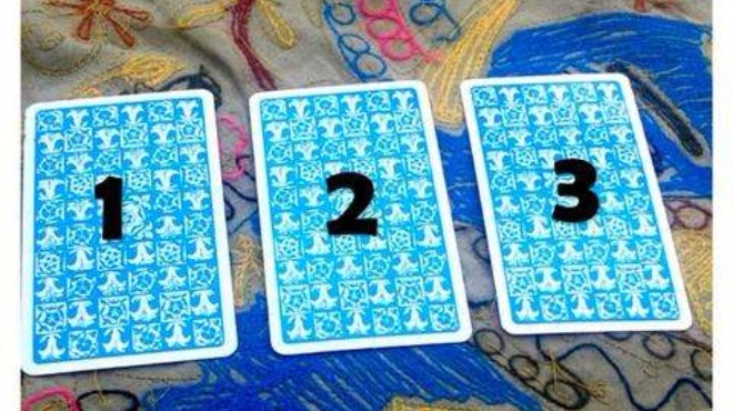 Избери една от трите карти и виж какво те очаква!
