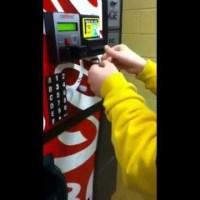 Ето как да хакнете вендинг машина и да си вземете безплатни напитки (видео)