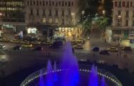 Στα γαλανόλευκα φωταγωγήθηκε το συντριβάνι στην πλατεία Ομονοίας για την 28η Οκτωβρίου