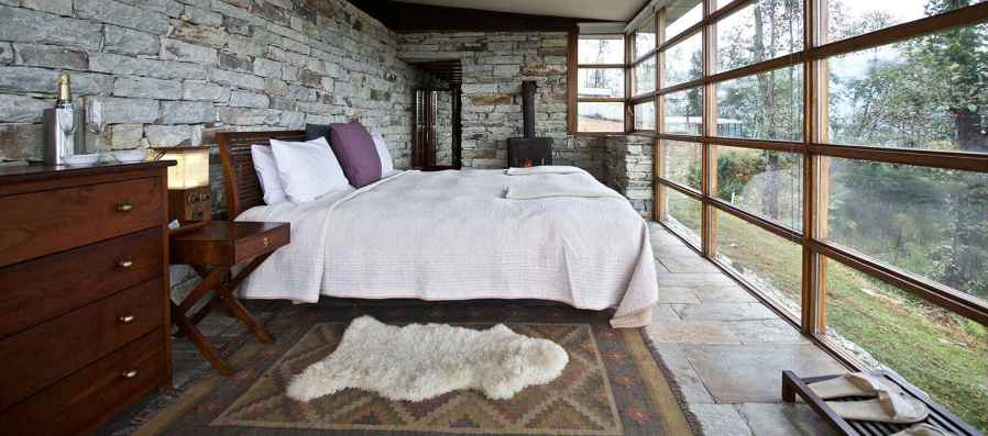 a bedroom at the Shaki 360 Hotel in Leti, Himalaya
