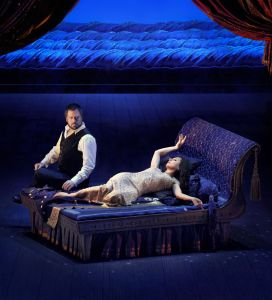 Με το έργο του Τζόρτζ Φρίντερικ Χάντελ «Ιούλιος Καίσαρας» αύριο Σάββατο στο «Αχίλλειον», στις 19:00, ολοκληρώνεται το πρόγραμμα «The Met: Live in HD» της Μetropolitan Opera. Η παράσταση είναι η δεύτερη παραγωγή του David McVicar γι' αυτή τη σεζόν, μετά το έργο του Ντονιζέτι «Μαρία Στουάρντα». Ο David Daniels κρατά τον ομώνυμο ρόλο, απέναντι στη Natalie Dessay που κάνει το ντεμπούτο της στη ΜΕΤ, στο ρόλο της σαγηνευτικής Κλεοπάτρας. Ο Harry Bicket, γνωστός για τις ερμηνείες του στη μπαρόκ μουσική, διευθύνει. Το βραβευμένο πρόγραμμα αναμετάδοσης παρουσιάστηκε στο πλαίσιο της συνεργασίας του Δήμου Βόλου (ΔΟΕΠΑΠ-ΔΗΠΕΘΕ), με τον Όμιλο Αντέννα και τη Μετροπόλιταν Όπερα της Νέας Υόρκης. Τιμές εισιτηρίων: 20 € (γενική είσοδος), 15 € (παιδιά - φοιτητές - άνεργοι). Προπώληση εισιτηρίων: «Δίαυλος», Τοπάλη 14 - τηλ. 24210 25363.  «Αχίλλειον», Κουμουνδούρου και Ιάσονος - τηλ. 24210 32818.