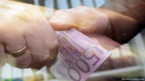 χέρια με λεφτά