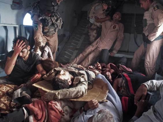 Μέσα σε ελικόπτερο διάσωσης μετά από τη συντριβή ελικοπτέρου στα βουνά Sinjar με κατοίκους που προσπαθούσαν να απομακρυνθούν από την Ισλαμική Πολιτεία. Moises Saman, Sinjar Mountains, Ιράκ, 12 Αυγούστου 2014