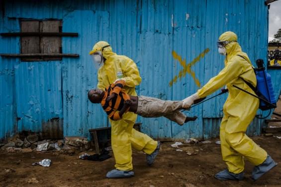 Ο φωτογράφος Daniel Berehulak κάλυπτε φωτογραφικά τις εξελίξεις για τον ιό Έμπολα για λογαριασμό των New York Times. Monrovia, Liberia, 5 Σεπτεμβρίου 2014