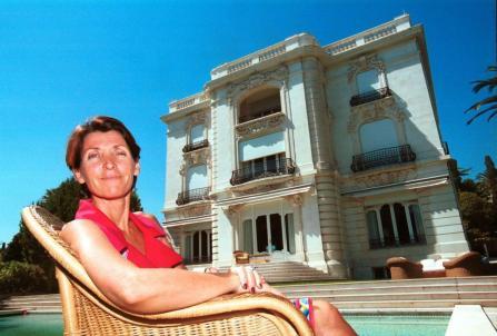 Horizontal. La nieta del pintor en su casa de Cannes