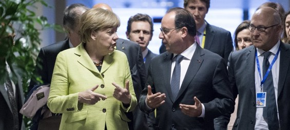 German Chancellor Angela Merkel (L) talks with French President Francois Hollande after their bilateral meeting during a Eurozone emergency summit on Greece in Brussels, Belgium, June 22, 2015.   REUTERS/John Thys/Pool