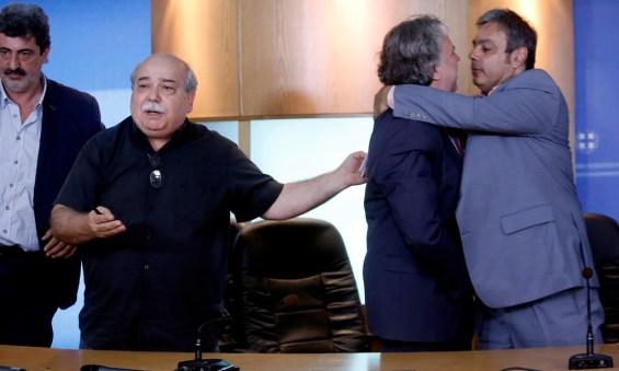 Ο υπουργός Εσωτερικών - Διοίκησης Ανασυγκρότησης Νίκος Βούτσης (2ος Α), ο νέος αναπληρωτής υπουργός Διοικητικής Μεταρρύθμισης Χριστόφορος Βερναρδάκης (Δ), ο απερχόμενος αναπληρωτής υπουργός Διοικητικής Μεταρρύθμισης Γιώργος Κατρούγκαλος (2ος Δ) και ο νέος υφυπουργός Εσωτερικών και Διοικητικής Ανασυγκρότησης Παύλος Πολάκης (Α) ετοιμάζονται να κάνουν δηλώσεις κατά την διάρκεια της τελετής παράδοσης – παραλαβής του Υπουργείου Διοικητικής Μεταρρύθμισης, Δευτέρα 20 Ιουλίου 2015. ΑΠΕ-ΜΠΕ / ΑΠΕ-ΜΠΕ / ΓΙΑΝΝΗΣ ΚΟΛΕΣΙΔΗΣ